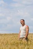 Mann auf dem Weizengebiet Stockfotografie