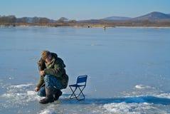 Mann auf dem Winter 47 fischend Stockfoto