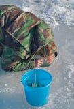 Mann auf dem Winter 50 fischend Stockfoto