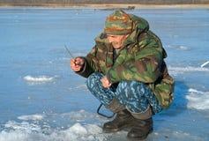 Mann auf dem Winter 40 fischend Stockfotografie