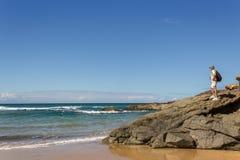 Mann auf den Felsen, die den Ozean, nahe EL Cotillo, Fuertev betrachten lizenzfreies stockfoto