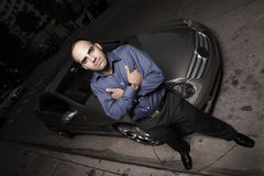 Mann auf der Straße mit seinem Luxussportauto Stockbilder
