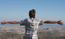 Mann auf die Gebirgsoberseite Stockbilder