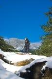 Mann auf die Oberseite des Felsens in den Bergen Stockfotografie