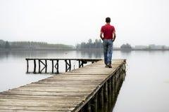 Mann auf Dock lizenzfreies stockfoto