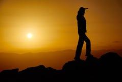 Mann auf einem Berg am Abend lizenzfreie stockfotos