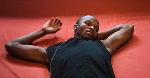 Mann auf einem Bett Lizenzfreie Stockbilder
