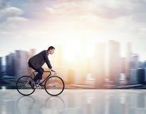 Mann auf einem Fahrrad Stockfotografie
