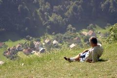 Mann auf einem Feld lizenzfreie stockfotografie