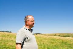Mann auf einem Feld Stockfotos