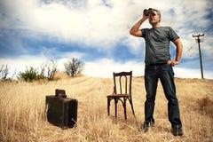 Mann auf einem Gebiet mit Ferngläsern lizenzfreies stockfoto