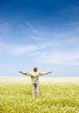 Mann auf einem grünen Gebiet Lizenzfreie Stockfotografie