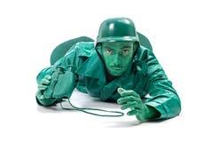 Mann auf einem grünen Spielzeugsoldatkostüm Stockbild