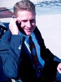 Mann auf einem Handy Stockbild