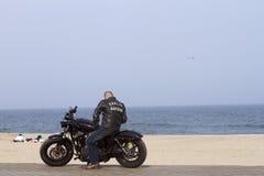 Mann auf einem Harley lizenzfreie stockfotos