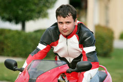 Mann auf einem roten Fahrrad lizenzfreie stockfotos