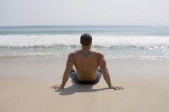 Mann auf einem Strand Stockfotos