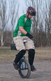 Mann auf einem Unicycle Lizenzfreie Stockfotografie