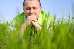 Mann auf einem Weizengebiet Stockfoto