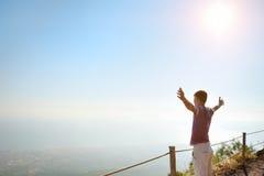 Mann auf einen Berg, der nach Horizont sucht lizenzfreie stockfotografie