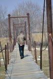 Mann auf einer Hängebrücke Lizenzfreies Stockfoto