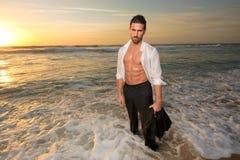 Mann auf einer Klage auf dem Wasser Stockfoto