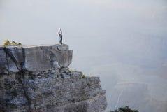 Mann auf einer Leiste Stockfotografie