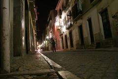 Mann auf einer Straße in der Nacht lizenzfreie stockfotografie