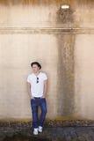 Mann auf einer strukturierten Wand stockfotografie