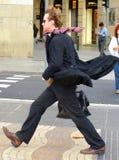 Mann auf einer windigen Straße Lizenzfreie Stockbilder