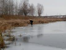 Mann auf Eis von See stockbild