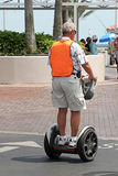 Mann auf elektrischem Roller stockbild