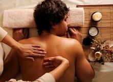 Mann auf Entspannung, Erholung, gesunde Massage lizenzfreie stockbilder