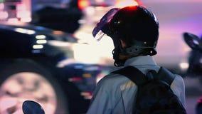 Mann auf Fahrrad im starken Verkehr nachts stock video