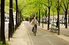 Mann auf Fahrrad, Paris Stockfotos