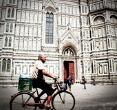 Mann auf Fahrrad vor Santa Maria Del Fiore stockfotografie