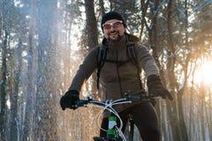 Mann auf Fahrradwinter Fahrradwinterschnee lizenzfreie stockfotos