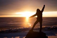 Mann auf Felsen auf dem Meer im Eis - Schattenbild Lizenzfreies Stockfoto
