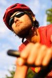 Mann auf Gebirgsfahrrad lizenzfreies stockbild