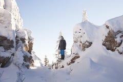 Mann auf Gebirgszug Zyuratkul lizenzfreie stockfotografie