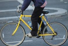 Mann auf gelbem Fahrrad Lizenzfreie Stockbilder