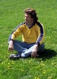 Mann auf Gras stockfoto