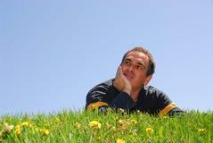 Mann auf Gras Stockfotografie