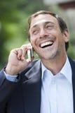 Mann auf Handy Lizenzfreie Stockfotos