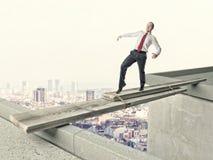Mann auf improvisierter Brücke Lizenzfreies Stockfoto