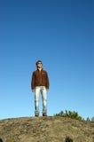 Mann auf Klippe lizenzfreie stockbilder