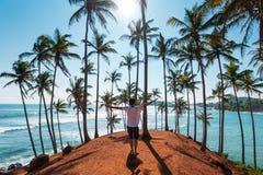 Mann auf Kokosnussbaumhügel in Sri Lanka lizenzfreie stockbilder