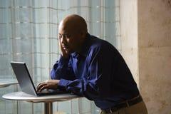 Mann auf Laptop. Stockfoto