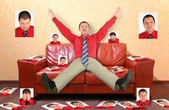 Mann auf ledernem Sofa mit Fotographien, Collage lizenzfreie stockfotos