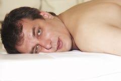 Mann auf Massagetabelle Lizenzfreie Stockfotografie